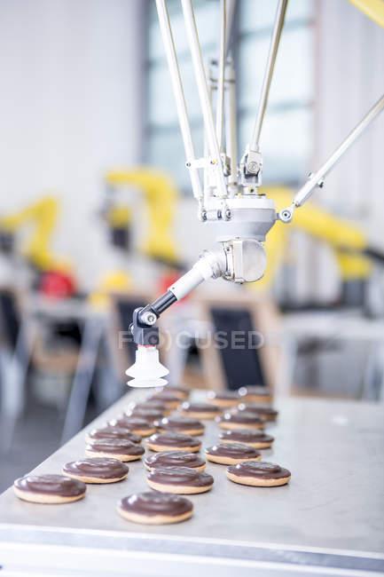 Close-up de robô industrial, manipulação de cookies — Fotografia de Stock