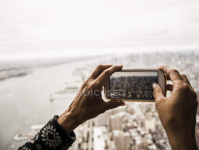 Mãos femininas tirando foto com smartphone — Fotografia de Stock