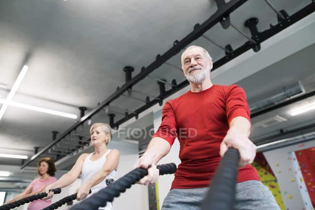 Розробка бою мотузками людей похилого віку — стокове фото