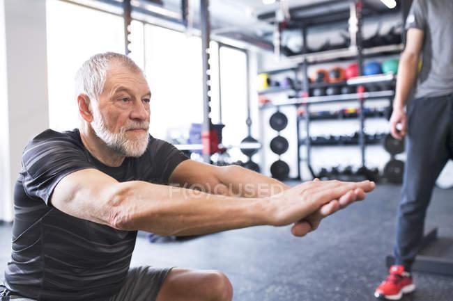 Man exercising in gym — Stock Photo
