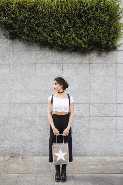 Жінка тримає сумочку. — стокове фото
