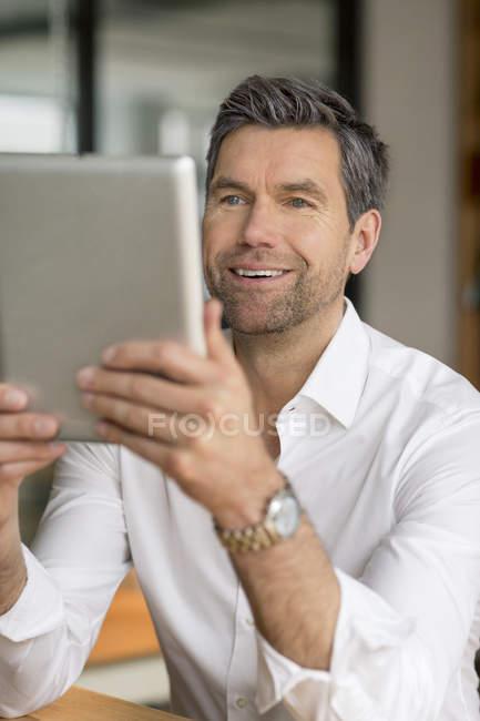 Uomo d'affari che utilizza tablet — Foto stock