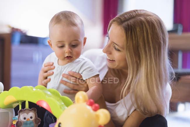Fils de mère et bébé jouant avec des jouets — Photo de stock