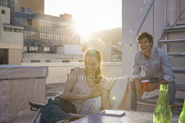 Freunde mit Dachterrasse-party — Stockfoto