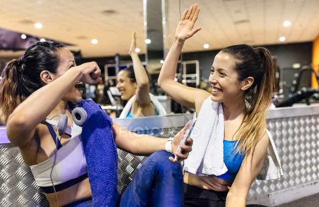 Donne che danno il cinque dopo l'allenamento — Foto stock