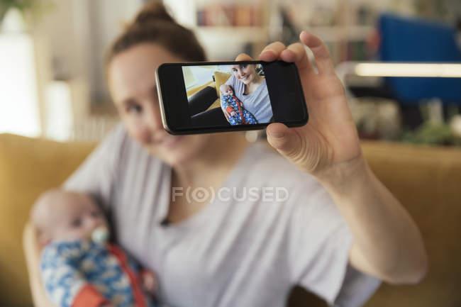 Mutter nehmen Selfie mit Neugeborenen — Stockfoto
