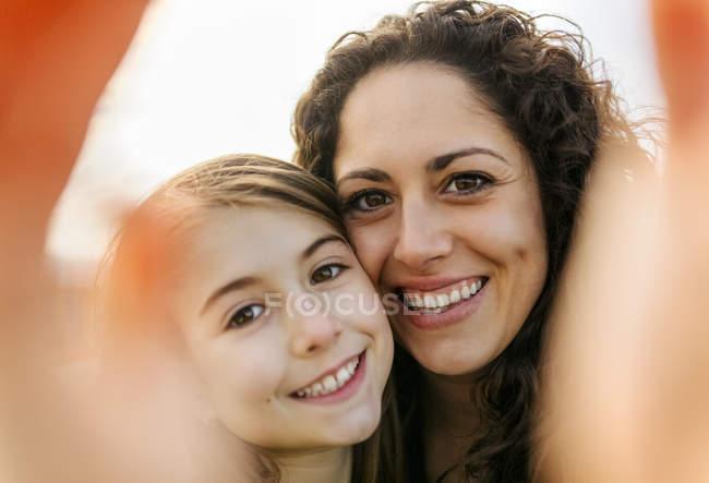 Мать и дочь делают селфи — стоковое фото