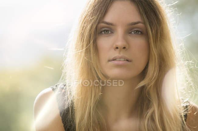 Arrogante Frau Blick in die Kamera — Stockfoto