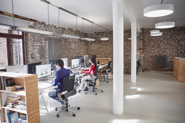 Группа людей, работающих в творческих офис — стоковое фото