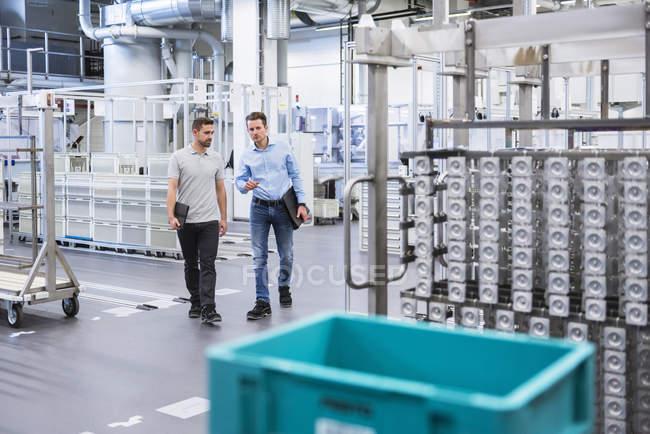 Чоловікам ходити в магазин поверх — стокове фото