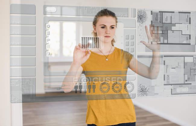 Женщина организует модель дома — стоковое фото