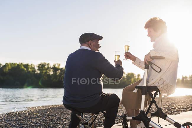 Старший пара тостів з ігристим вином — стокове фото