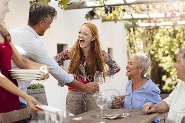 Table de milieu familial heureux dehors pour le déjeuner — Photo de stock
