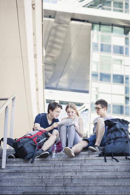 Giovani alla scoperta di Berlino, guardando la mappa — Foto stock