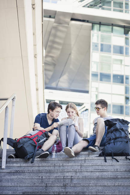 Young people exploring Berlin, looking at map — Stock Photo