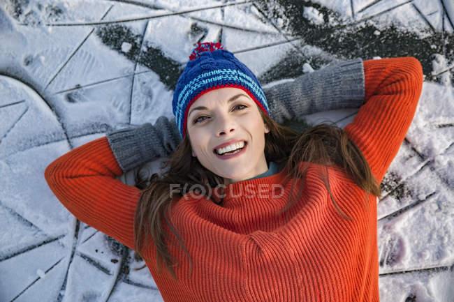 Donna sdraiata sul lago ghiacciato — Foto stock