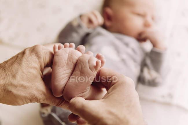 Ноги новорожденного ребенка — стоковое фото