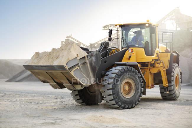 Bagger arbeitet im Steinbruch — Stockfoto