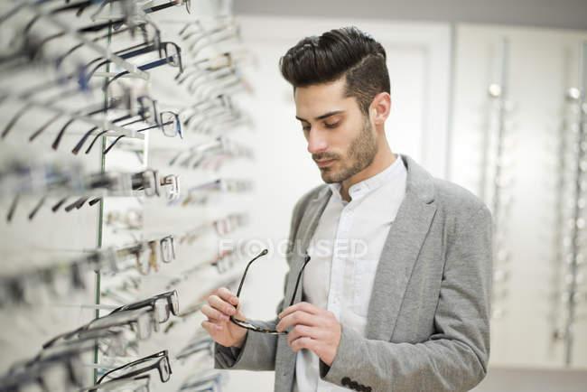 Man choosing spectacles — Stock Photo