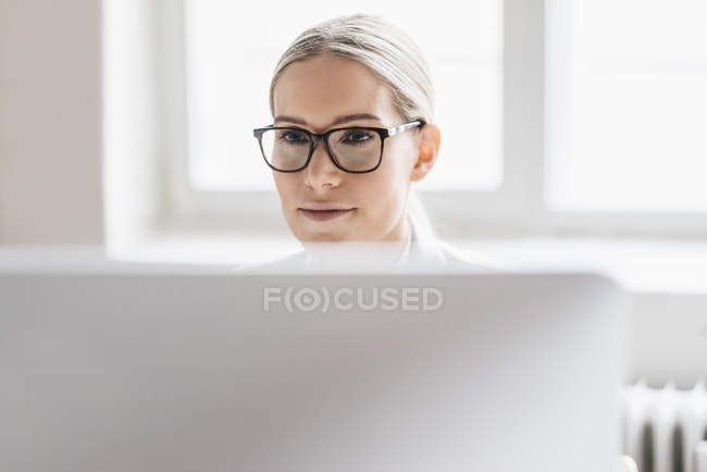 Businesswoman working with computer — Stock Photo