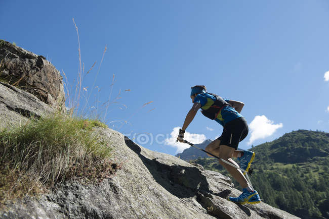Trail runner traveling in mountains — Stock Photo