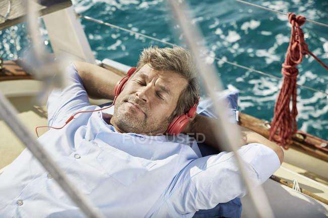 Homme mature écouter de la musique avec des écouteurs — Photo de stock