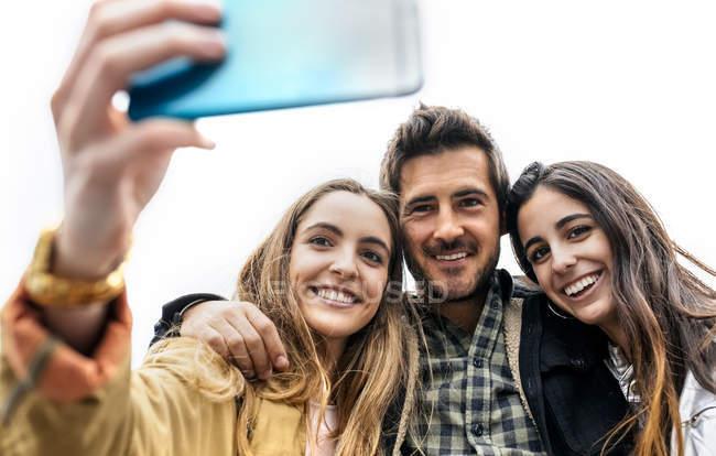 Amis prendre selfie à l'extérieur — Photo de stock