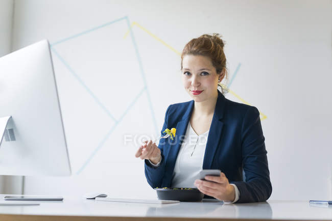Businesswoman eating lunch — Stock Photo