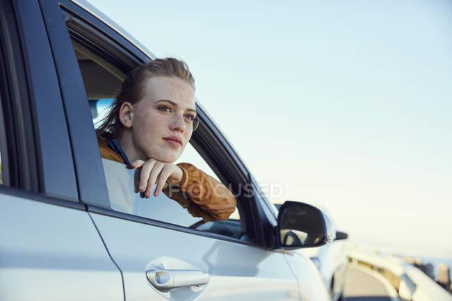 d6d2b1be2 Mulher olhando para fora do carro — diversão, céu - Stock Photo ...