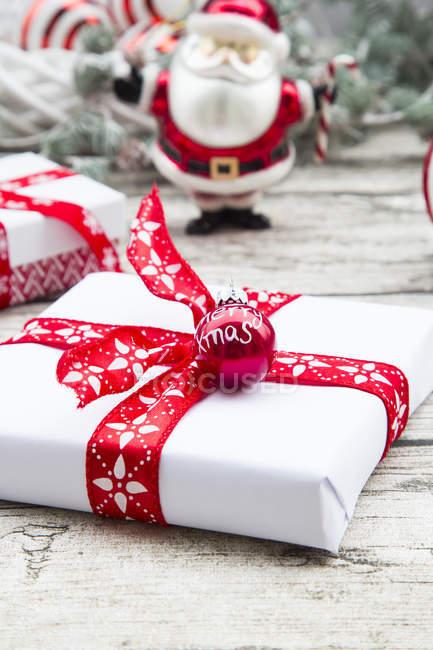 Weihnachtsgeschenke und Dekorationen — Stockfoto