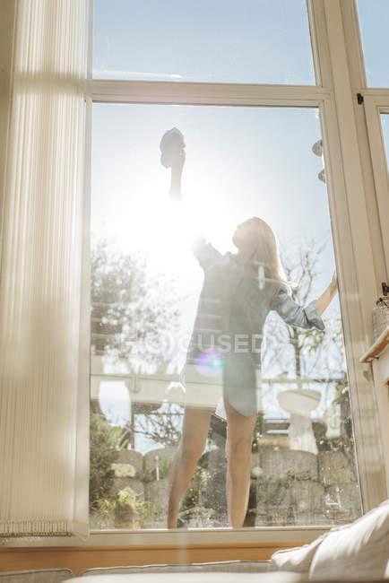 Frau putzt Fenster — Stockfoto