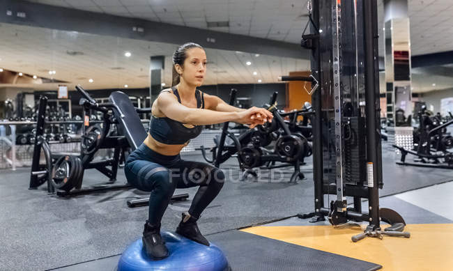 Woman training in gym — Stock Photo