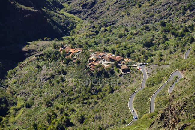 Маска деревня в горах — стоковое фото