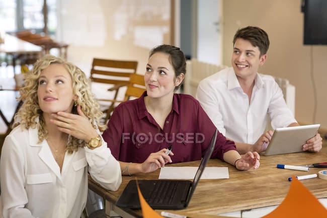 Uomini d'affari che frequentano un workshop in ufficio — Foto stock