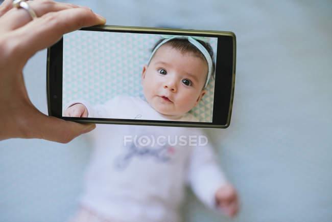 Женщина фотографирует девочку — стоковое фото