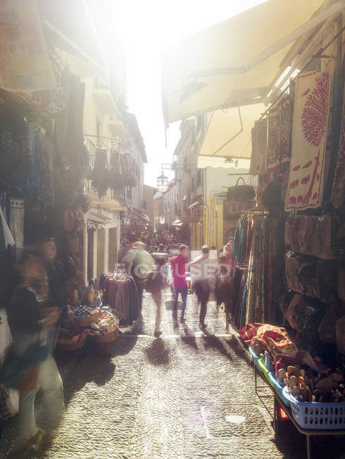 Espagne, Grenade, ruelle avec commerces dans la vieille ville historique — Photo de stock