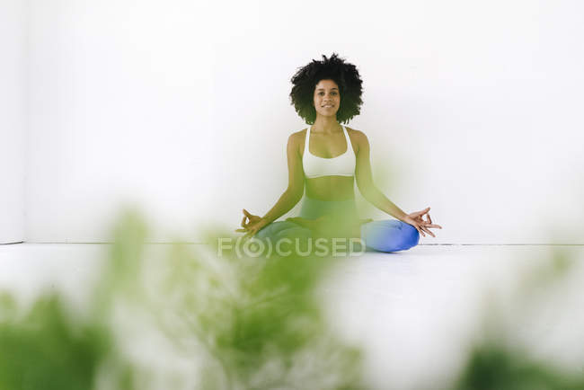 Femme pratiquant le yoga — Photo de stock