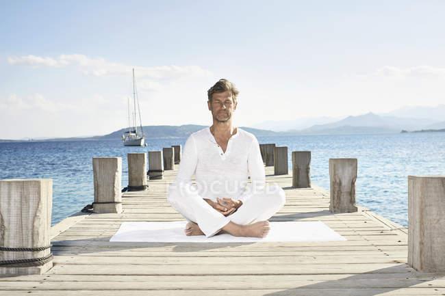 Homme faisant de l'exercice de yoga — Photo de stock