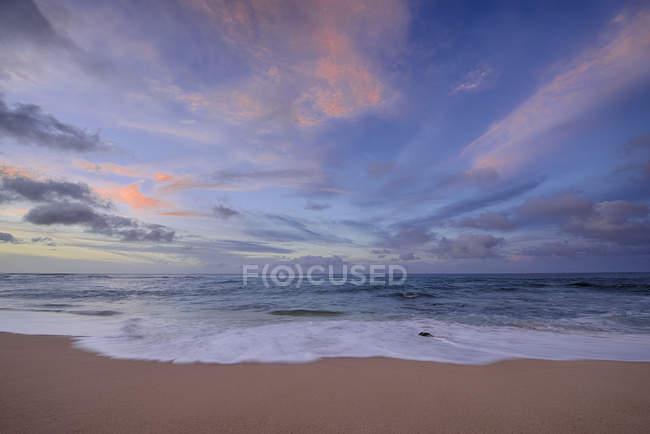 Pôr do sol e surf em Sunset Beach — Fotografia de Stock