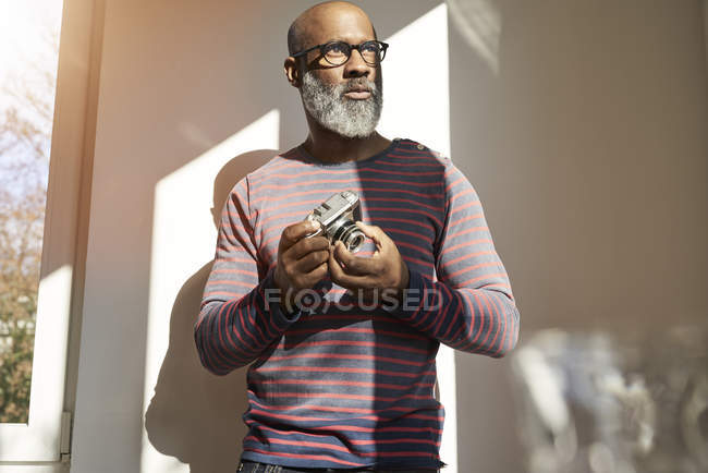 Man holding vintage camera — Stock Photo