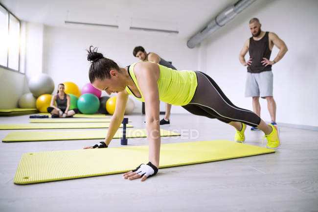 Woman exercising in gym — Stock Photo