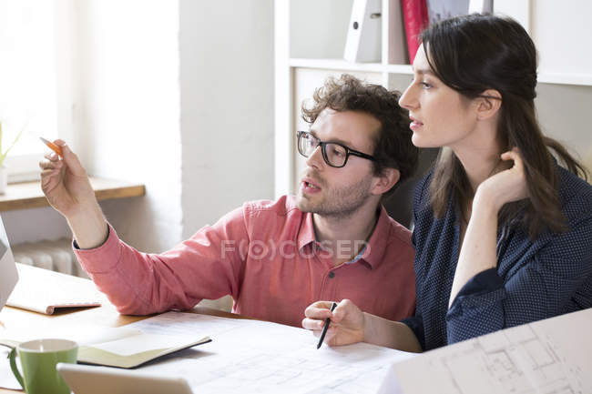 Man and woman discussing — Stock Photo