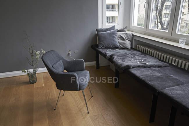 Интерьер с скамейке и стул — стоковое фото