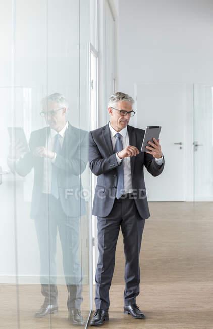Homme d'affaires utilisant une tablette numérique — Photo de stock