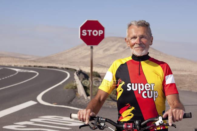 Homem de pé com bicicleta de montanha — Fotografia de Stock