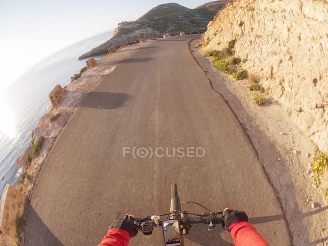 Іспанія, Андалусия, Cabo Гата де, особистої точки зору велосипедист на вулиці — стокове фото