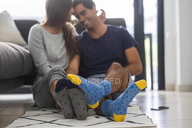 Пара в узорчатых носках — стоковое фото
