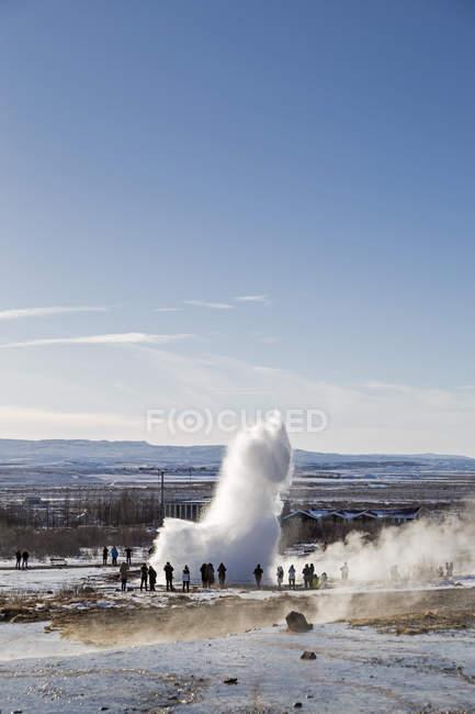 Люди дивляться виверження geysir Strokkur — стокове фото