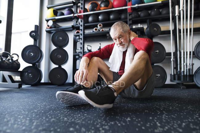 Esgotado o último homem sentado no chão — Fotografia de Stock