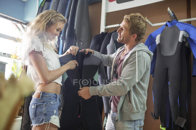 Couple shopping pour combinaison — Photo de stock